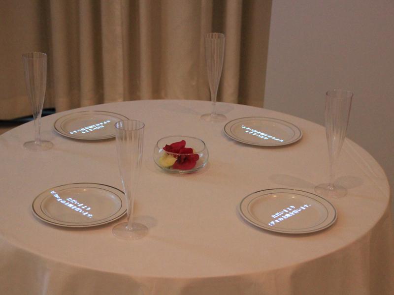 ゲスト用テーブル。文字も投影可能