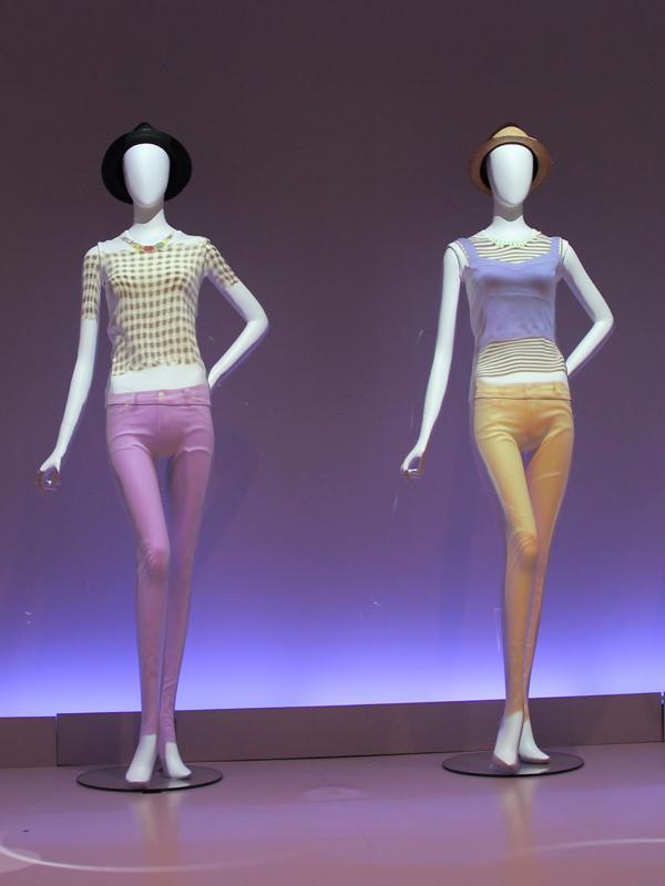 モデルと同じデザインの衣服をマネキンに投影。デザインやバランスは映像の中で忠実に再現されている。布の質感については今後の進化に期待したい