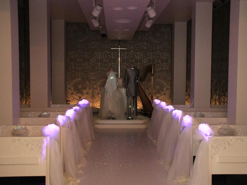 ウェディングドレスやバージンロードをキラキラと光らせる映像を投影