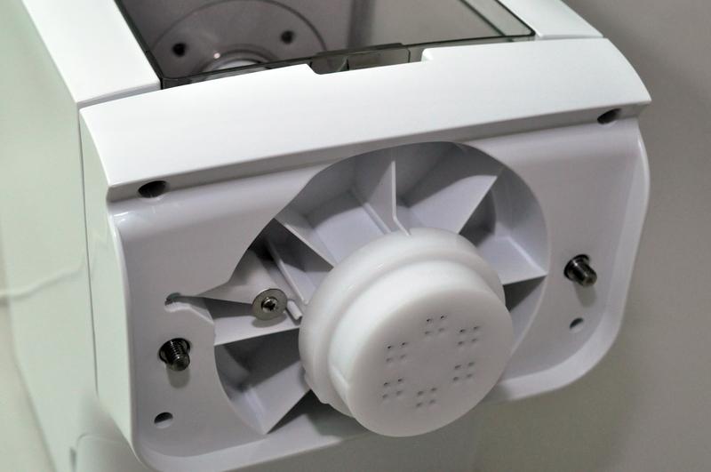 前面パネル下のキャップフォルダーに製麺用キャップを取り付ける。洗浄時はここも取り外す