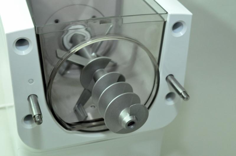 製麺棒は製麺用ケースを通して、本体に固定する仕組み