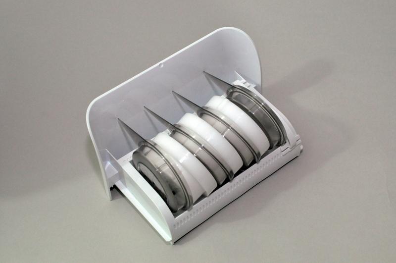 本体の下部に製麺用キャップ収納トレイを配置。キャップとクリーニングキットも収納できる