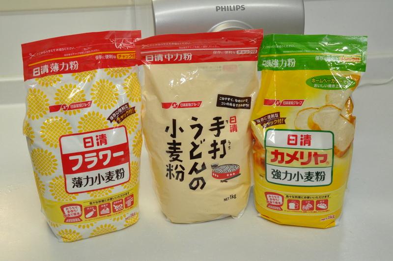 ヌードルメーカーで指定されている日清製粉の小麦粉。著者の自宅周辺では、「手打ちうどんの小麦粉(中力粉)」を取り扱っているスーパーが少なかった