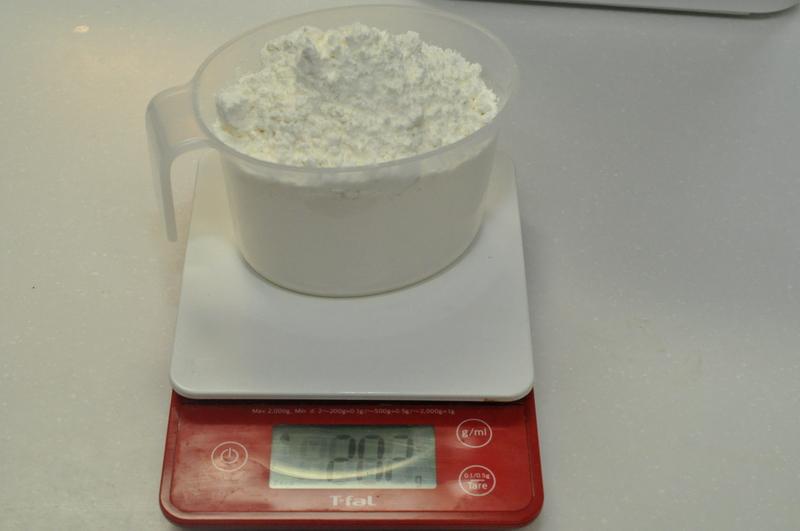 小麦粉用の計量カップを使って計る。2人前は250gなのだが、計量カップが小さめで250gいれるとギリギリになってしまった