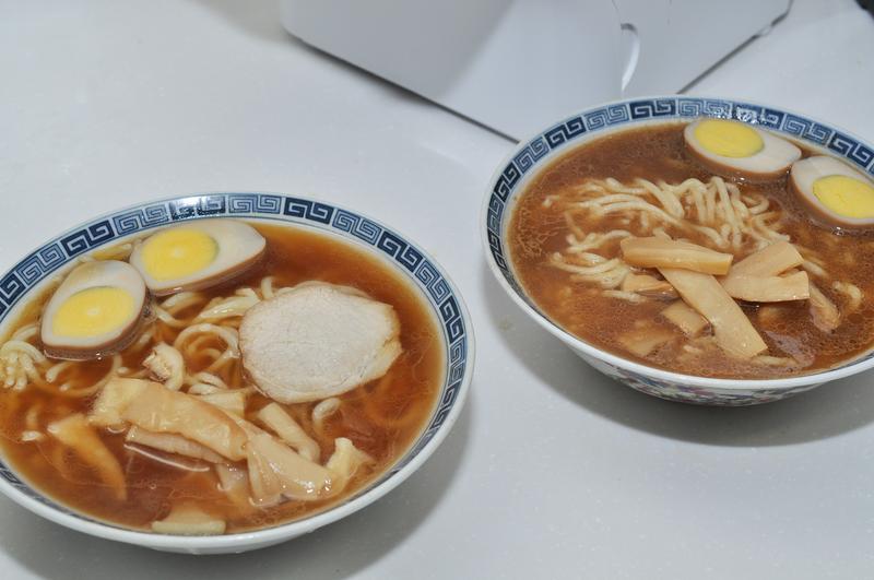 完成したラーメン。2種類のスープに入れて食べてみたが、豚骨醤油の濃いスープとの相性がいい。麺はちょっと太め。好みによってはコシ調整をしてもいいかもしれない