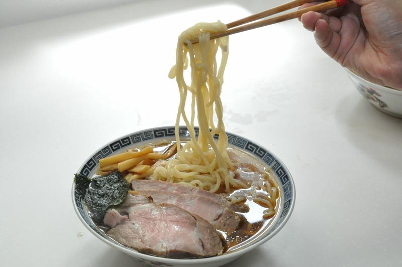 こちらは醤油と味噌のスープを用意。自家製チャーシューなども載せてみた。麺はゆでる前よりかなり膨らんだ印象。ゆで時間はわずか2分だが、歯ごたえ重視ならもっと短くてもいいかもしれない