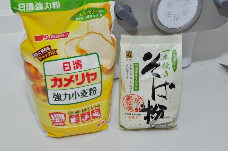 小麦とそば粉を用意。そば粉は含水率がシビアなので、できるだけ新しいモノを使おう