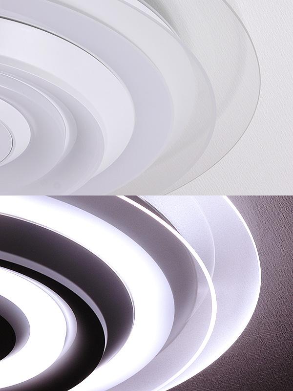 消灯している時は透明な導光パネル(上)。点灯するとパネル全体が輝き、光が上下左右に放たれる