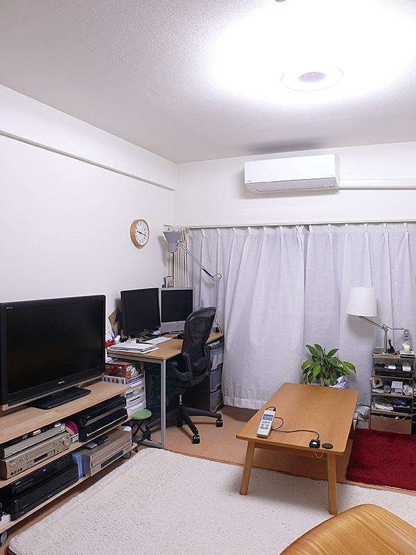 「普段のあかり」。白色・明るさ100%で点灯した様子。天井付近の壁から、床の隅々までキリッと明るい。壁全体が明るいので部屋が広く見える