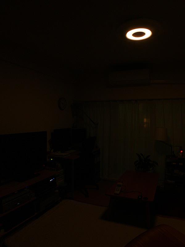 「常夜灯」は、本体中央部のみが淡い電球色でほのかに点灯する。明るさが6段階に変えられる