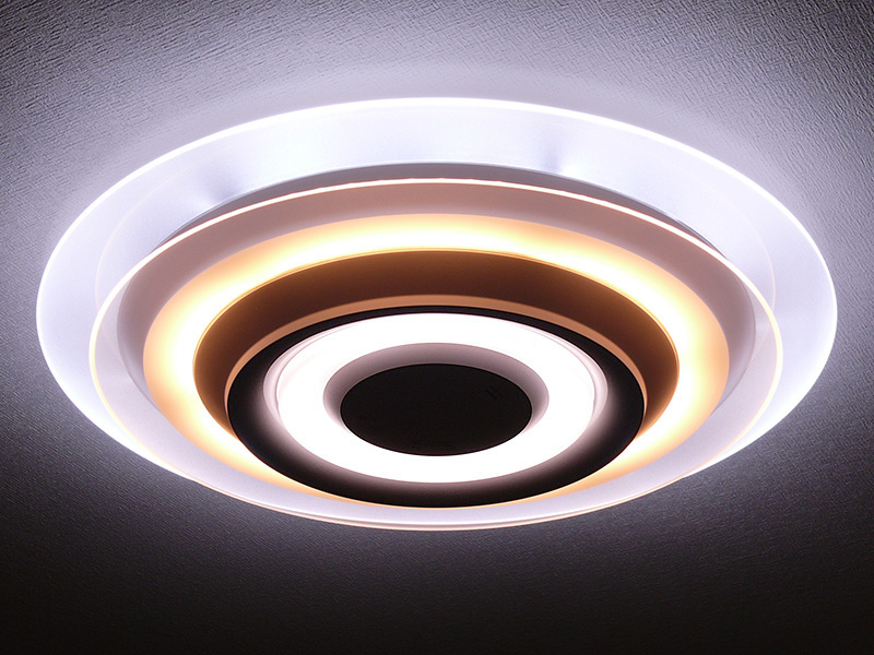 上パネルは昼光色、下パネルは電球色に固定した例。天井付近は白色で、床に向かって暖かなくつろぎに合う光色にグラデーションで変化する。くつろぎと清々しさが同居している