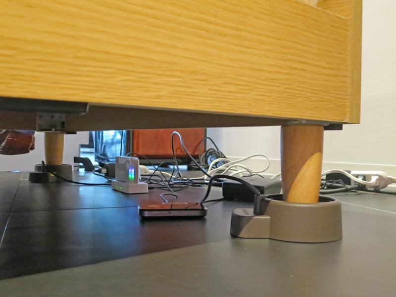 ベッドの下、頭に近い方の2本の脚に、センサーをそれぞれ設置する