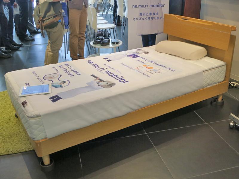 シングルベッドの脚に設置している様子。一度設置すれば、眠るたびに自動で測定される