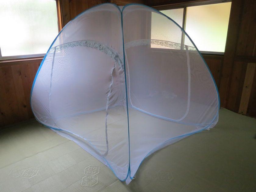 ワンタッチ蚊帳を開いたところ。4面の側面と底面から成る