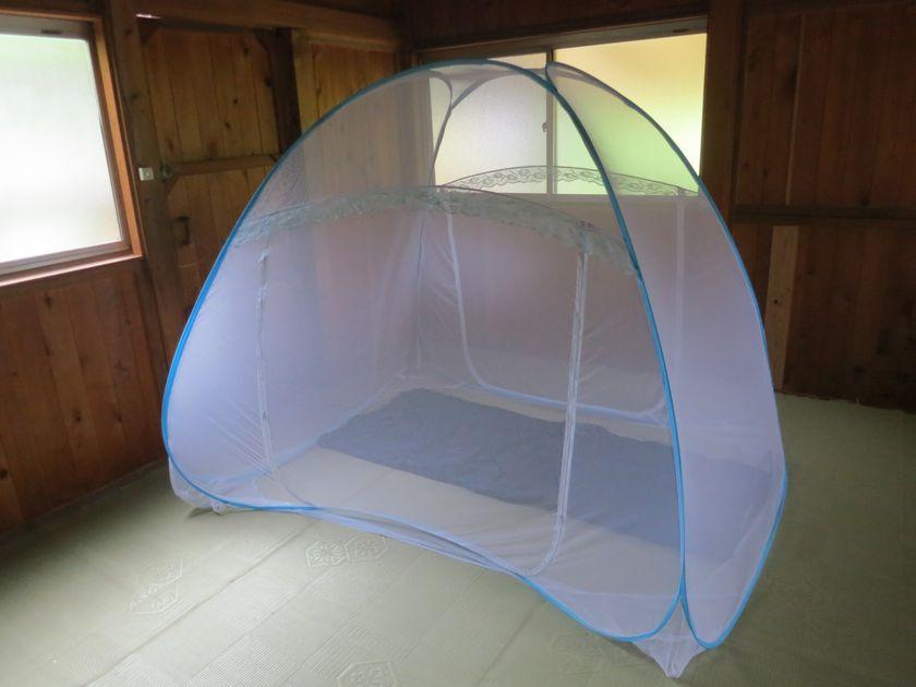バンガローに蚊帳を張り、中にシェラフを敷いた様子。これで虫を気にせずに眠れる