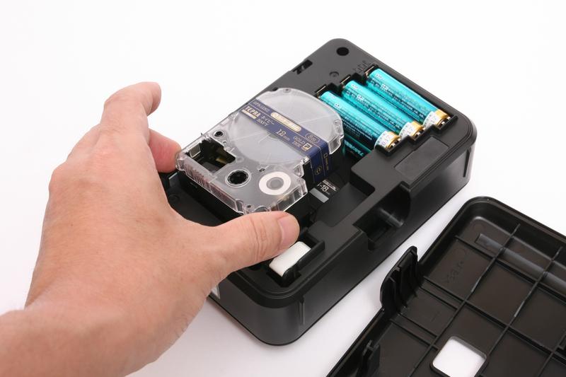 カートリッジの交換はワンタッチ。テープの幅を指定すれば、入力してある文字の大きさなどを自動調整してくれる