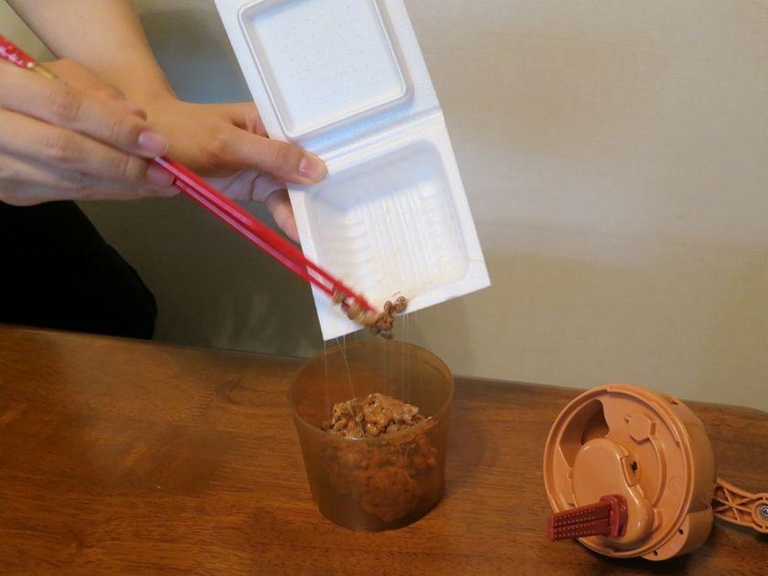 タカノフーズの「おかめ納豆 極小粒」1パックを投入