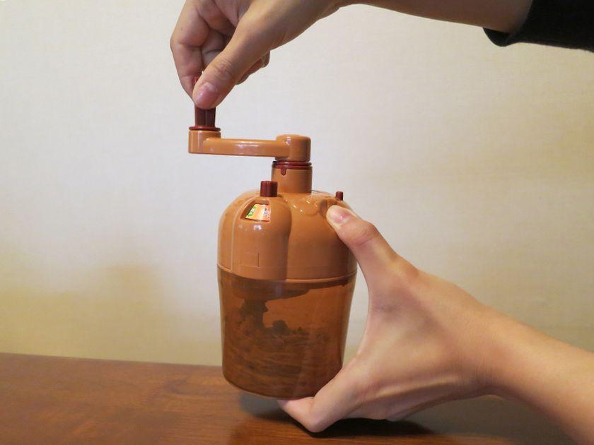 あとはひたすらハンドルを回して混ぜるのみ! カップは半透明の茶色で、外から納豆の様子がわかる