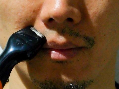 鼻溝の左側が剃った後、右側が剃る前の口ひげの状態。ヒゲの薄い人には、電動シェーバーとしても使えそうだ