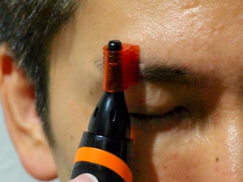 5mmの眉毛コームを使って、眉毛をトリミングした