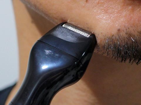 あごヒゲ周りなどのむだ毛を剃り、ヒゲをデザインする