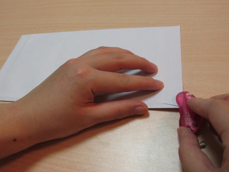 本体表面に描かれている矢印の方向に封筒を差し込む