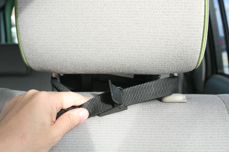 付属のベルトを使うと、前席のヘッドレストなどにも取り付けられ、スペースがムダにならない