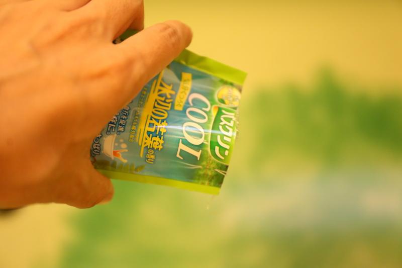1回分1袋になっている小分けタイプもある(1袋45円で購入)。お湯の色は、グリーン(プリズムグリーンと命名されている)で透明度は維持される