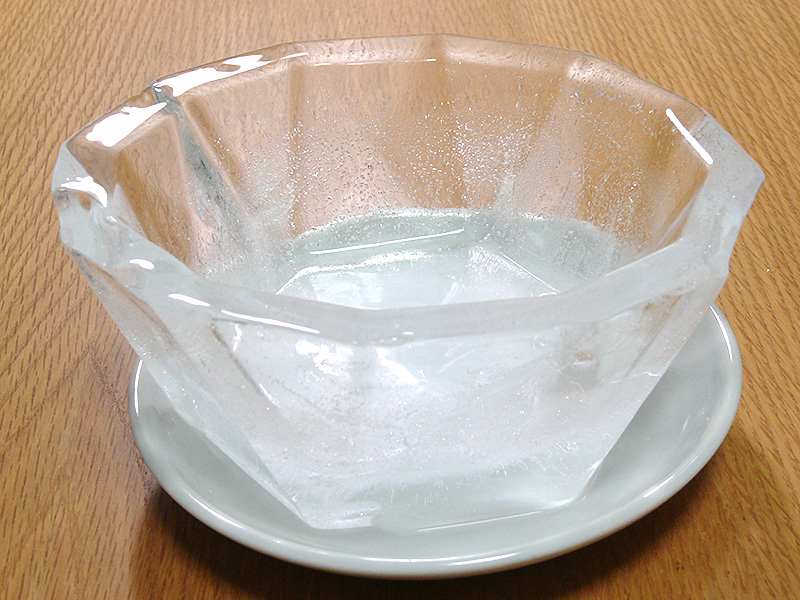 出来上がった氷の器。透明感も上々、カットガラスのような光の屈折も楽しめて、とても涼しげだ