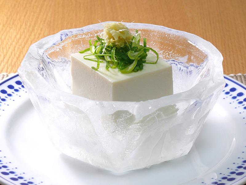 豆腐1/4丁を盛りつけた様子。見慣れた冷奴なのに一層美味しそうに見える