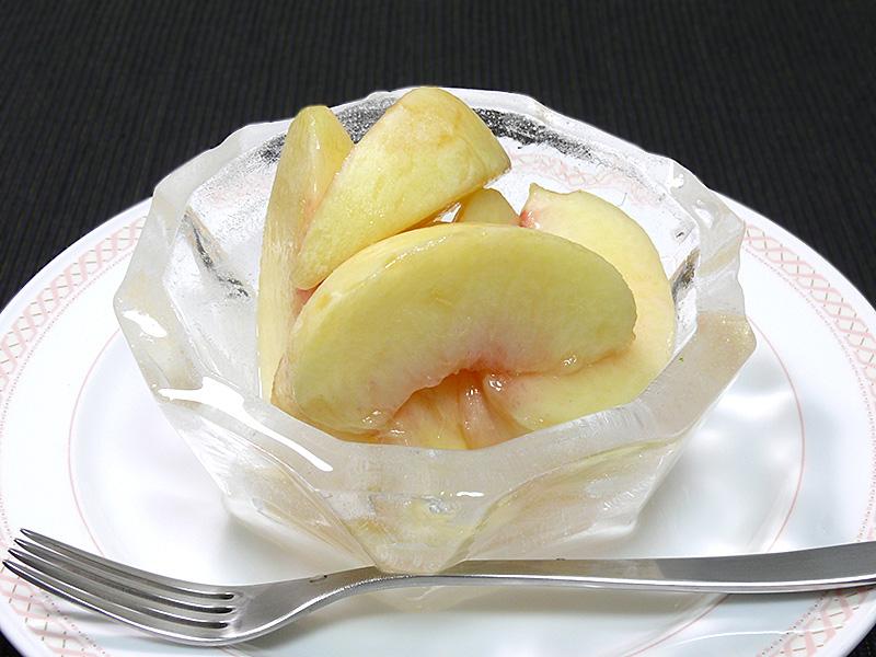 直前に冷やしたほうが美味しい桃や、さくらんぼ等を盛りつける器にも最適だろう