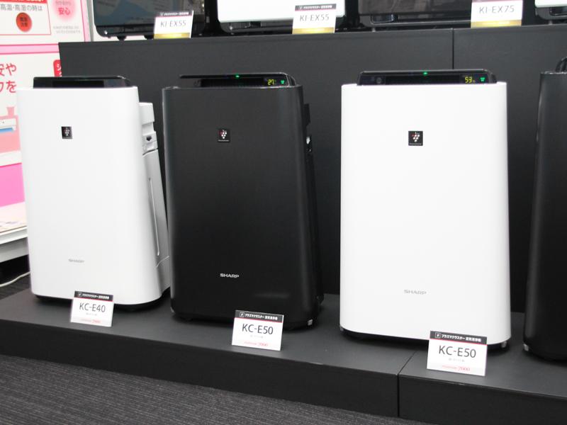 左から適用床面積約11畳の「KC-E40」ホワイト、適用床面積約13畳の「KC-E50」ブラック、ホワイト