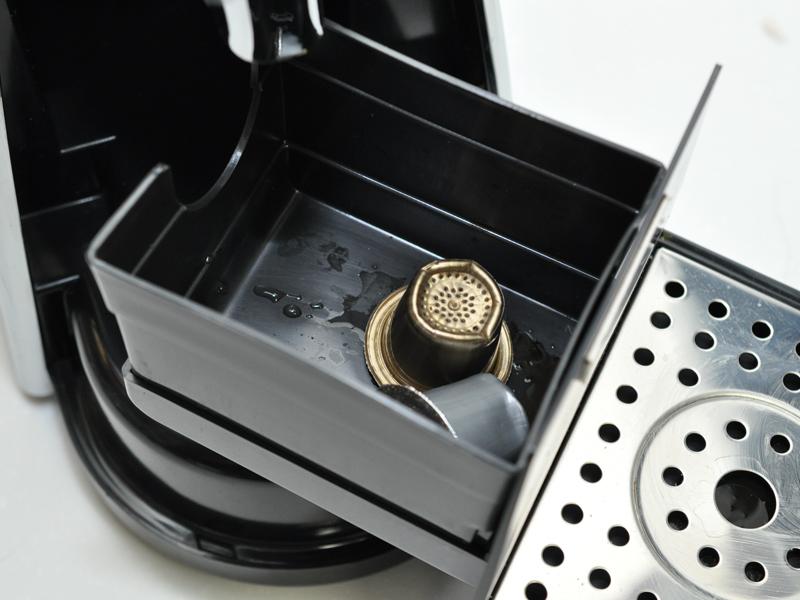 抽出後に上部カバーを開けると使用済みカプセルを放出。カップ台を開けることで取り出せるが、7、8個は貯められる
