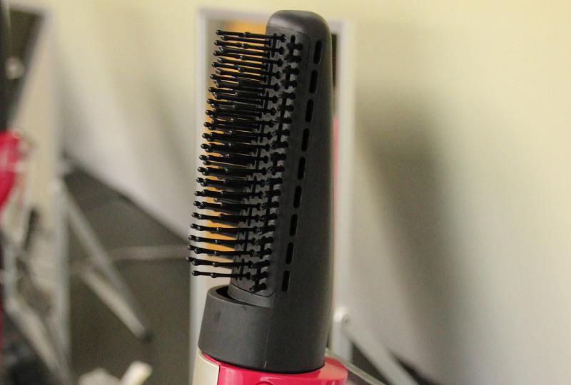 「テンション毛」を採用。側面にサイドホールを備える