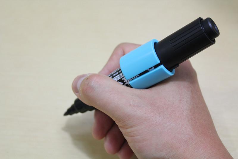 Lサイズは極太のマーカーを入れるのに適したサイズ。クリップを付けたままでも書ける