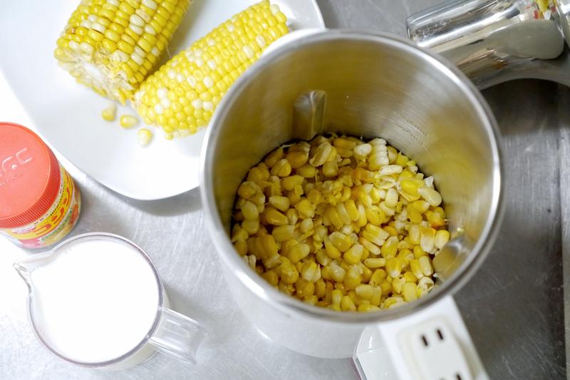 缶詰ではなく、自分で茹でたトウモロコシを用意。200gで2人分くらいができる