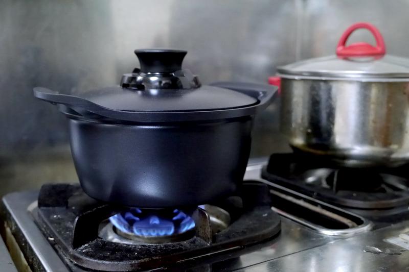 鍋の残りを使ってガス火で再調理。炒めものもできる