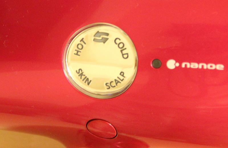風温表示部。下部の丸いボタン「風温切替ボタン」を押すごとに、HOTから順に時計回りで風温が切り替わる