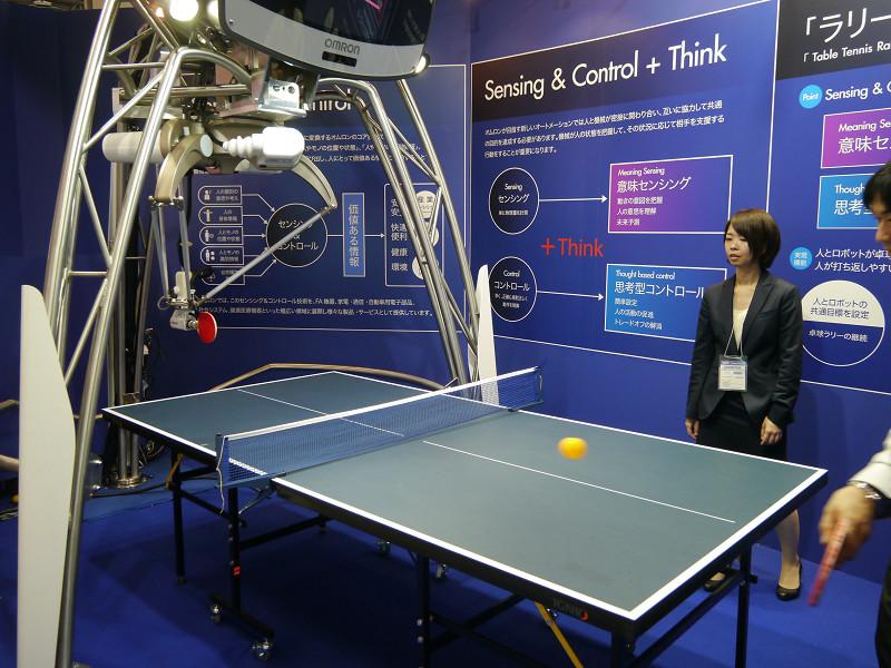オムロンはラリー継続卓球ロボットを展示。ロボットがボールを的確に打ち返す