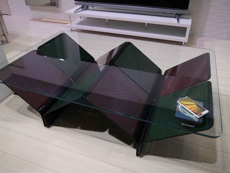 机の脚の部分にソーラーパネルを置き、スマホの充電にも利用できるテーブル
