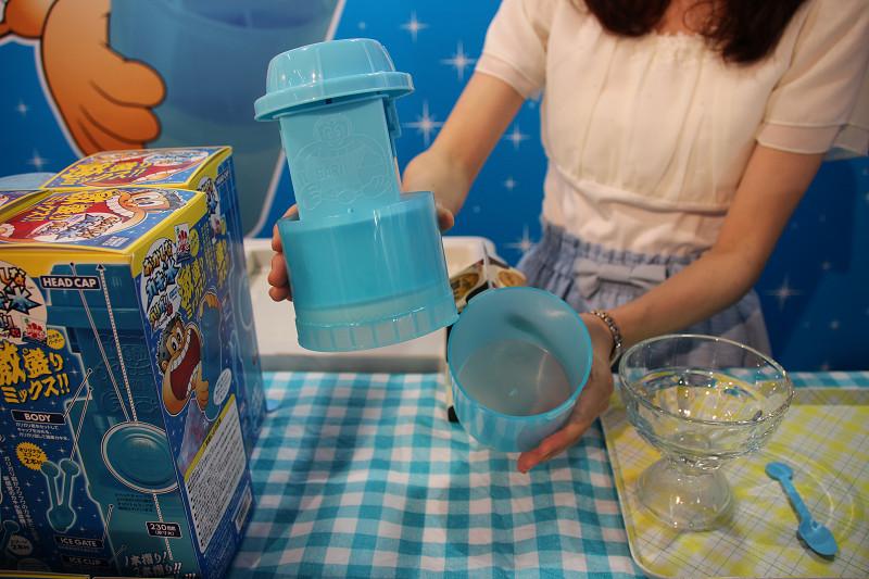 下部のアイスカップにカキ氷がたまり、そのまま食べられる