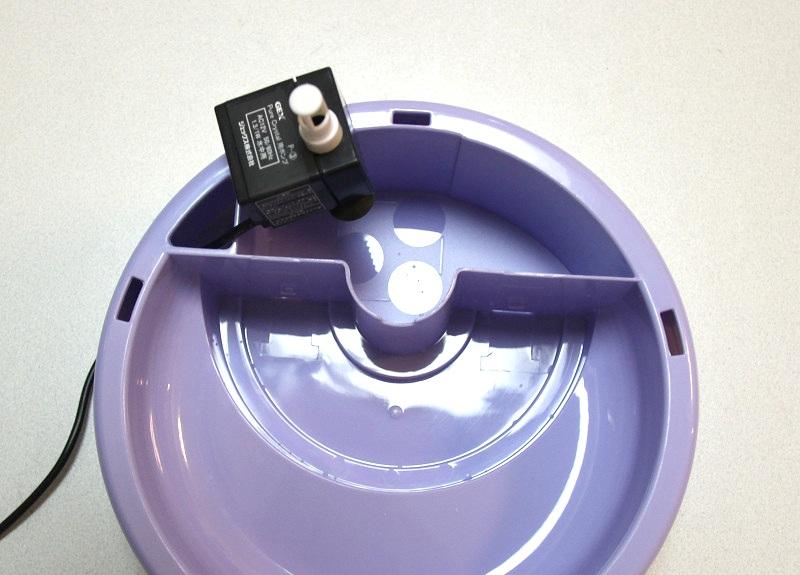 ベースタンク上部の3つの丸に合わせてポンプ底部の吸盤を固定する
