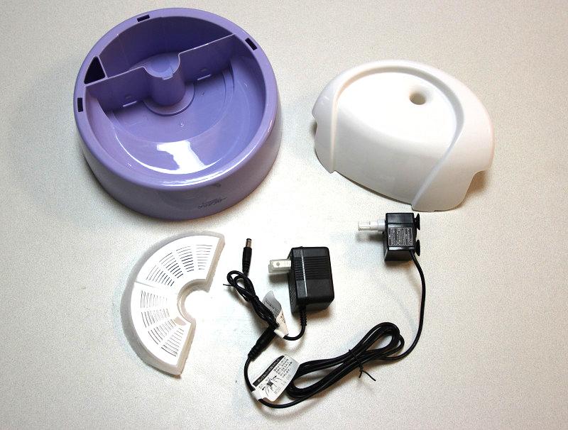同梱品。ベースタンク、ファンネル、フィルター、コード付きポンプ、ACアダプターを付属する