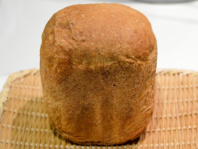 焼きたてのマーブルパン。インスタントコーヒーの色が付いたのか、クラストが茶色い