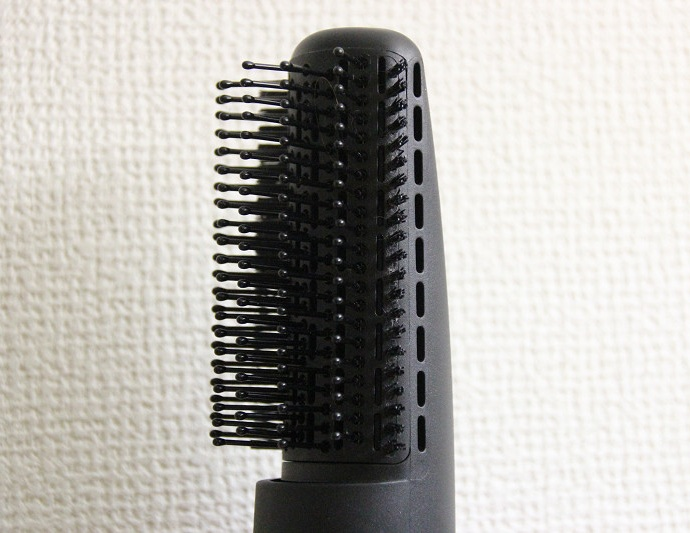 ブローブラシ。テンション毛を採用している。側面からも温風やイオンが発生できるようにサイドホールを備える