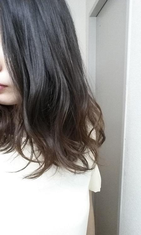 何もせずにヘアアイロンで巻き髪を作る。カールがバラついている