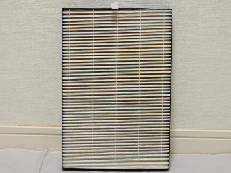 静電HEPAフィルターは、0.3μmの微小な粒子を99.97%以上集じんする。静電気を帯びているため目詰まりしにくいという