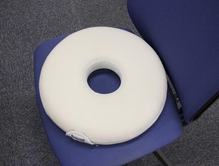 サイズは大きく、椅子に置くと存在感がある