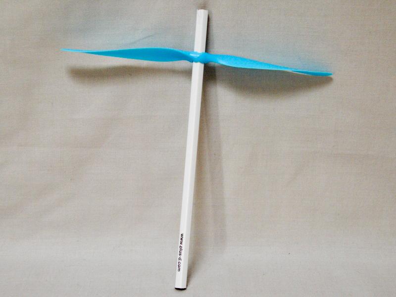 鉛筆の先より少し下に羽根をつけた。飛び方が一番安定していた