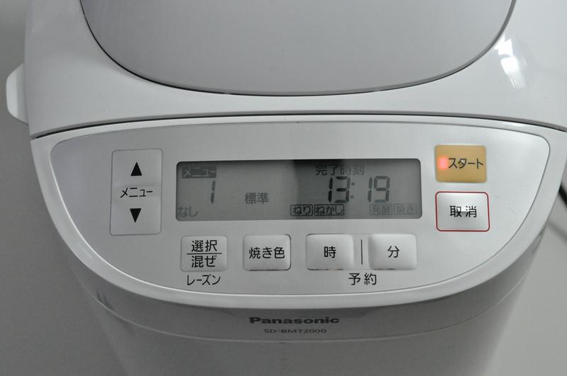 操作パネルは、本体上部前側に装備。液晶表示などは最小限なので、メニュー選択にはマニュアルが必須